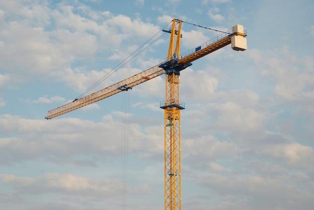 푸른 하늘과 빌딩 크레인
