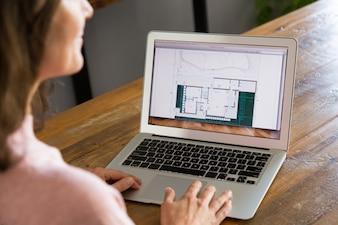 Строительный дизайнер изучает макет