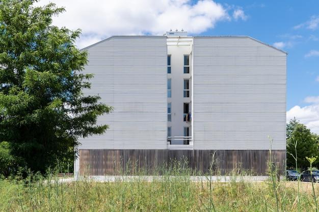 Building facade with metallic cladding