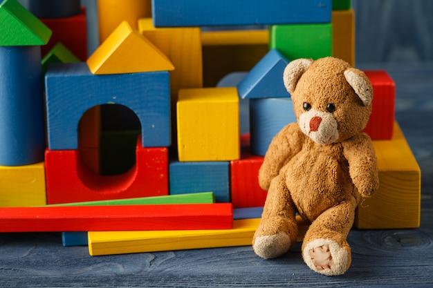 Здание из деревянных разноцветных детских блоков
