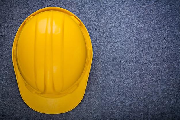 黒の背景の建設コンセプトにヘルメットを構築する