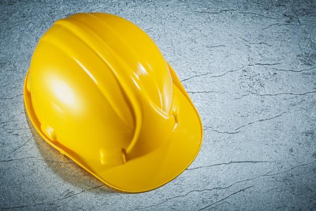 Строительный шлем на металлической поверхности концепции строительства