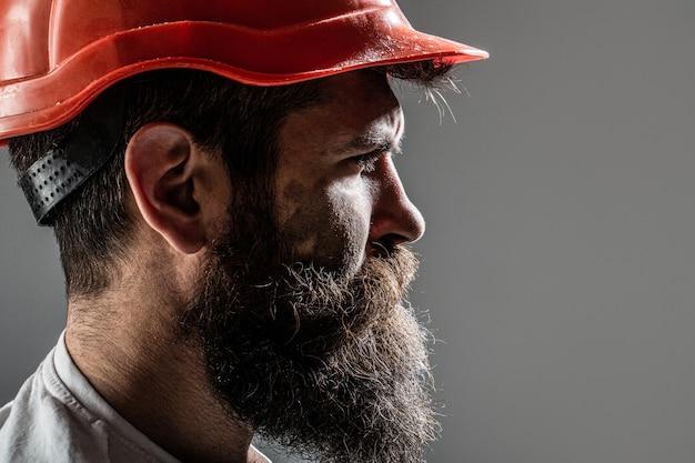 건물, 산업, 기술 빌더 개념. 헬멧 또는 하드 모자를 구축에 수염을 가진 수염 난된 남자 노동자.