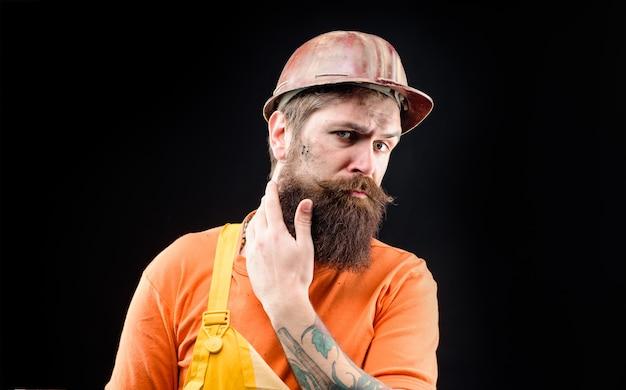 건설 헬멧에 하드 모자 남자 빌더 수염 난된 남자에서 건축 산업 기술 빌더