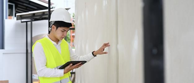 건물 관리자 건축가 남자 집 건물에 보고서 및 체크리스트를 작성 프리미엄 사진