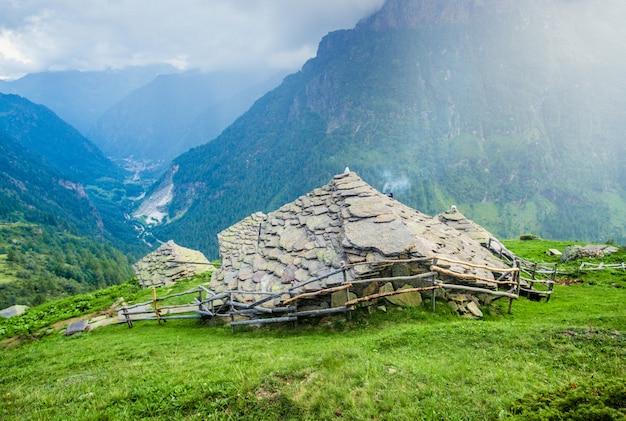 Здание смотрит вниз горной долине