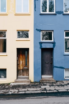 Здание из синих и бежевых цветов с прямоугольными дверьми