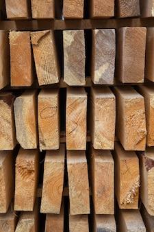 道路修理現場での新鮮な木の板の形の建築材料。修復プロセス。閉じる。