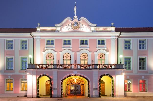 エストニア共和国の政府の建物またはエストニアのタリンの旧市街で夜に照らされたトゥームペア城