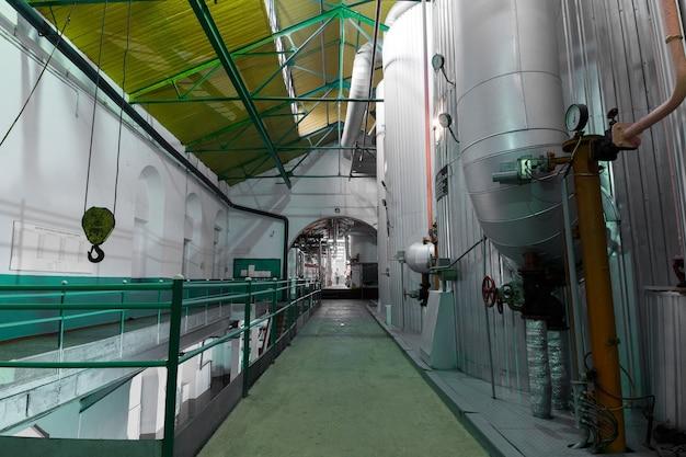 Здание промышленного завода. оборудование и техника в производственном помещении. технологический корпус
