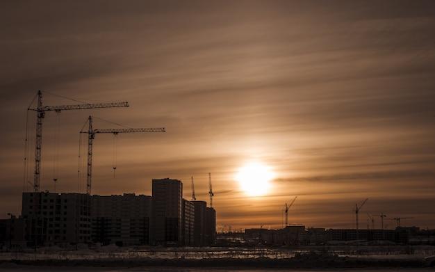 Строительство новых домов и подъемных башенных кранов