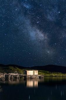 夜間に草の島の近くのドックに建物