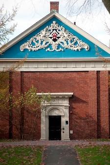 Здание в кампусе гарварда в бостоне, штат массачусетс, сша