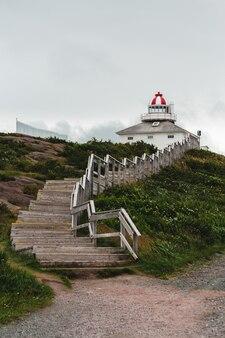 Здание на вершине холма возле лестницы в течение дня