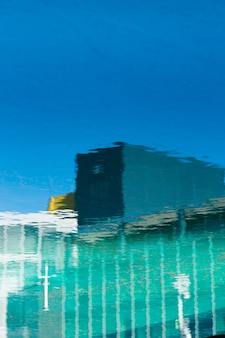 水の上の建物の反射
