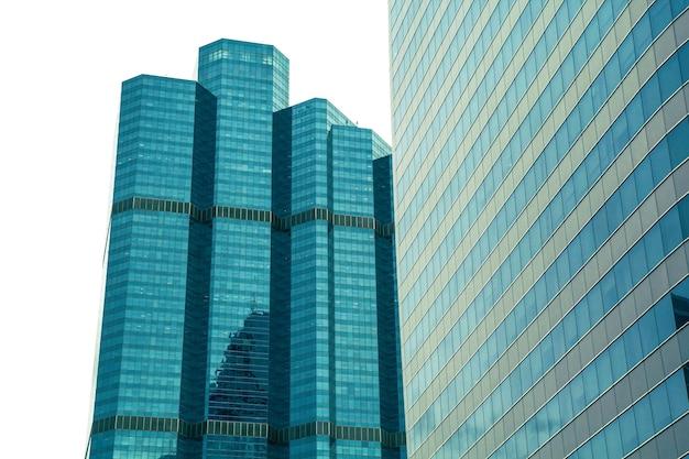 Здание sathorn в бангкоке - 2 июня 2016 г .: вид в перспективе и под углом на текстурированный фон современных стеклянных небоскребов на белом фоне