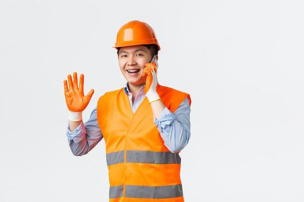 建築部門と産業労働者は、ヘルムで陽気なアジアのエンジニア建設マネージャーをコンセプトしています...