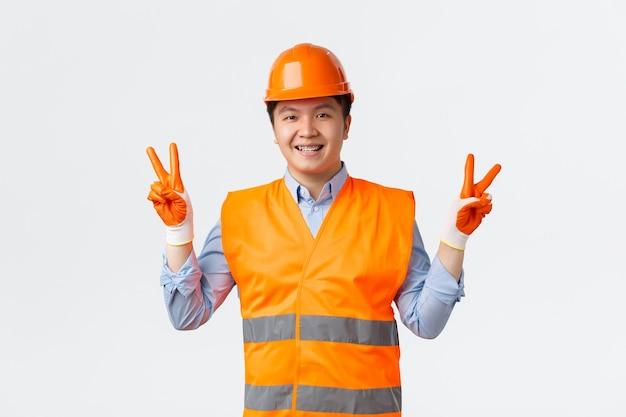 建築部門と産業労働者のコンセプトかわいい陽気なアジアの建設マネージャーエンジニア...