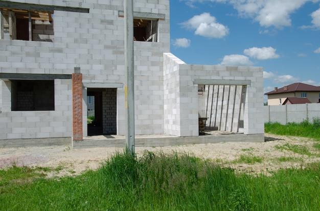 Строительная площадка строящегося дома из белых пеноблоков. строительство нового каркаса дома.