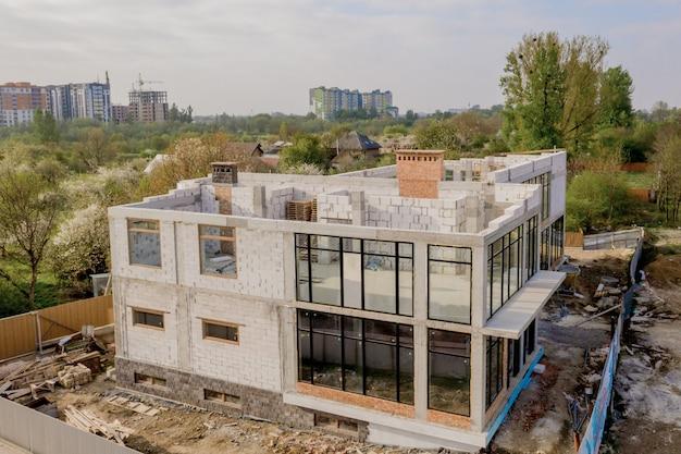 白い発泡コンクリートブロックから作られた建設中の家の建築現場