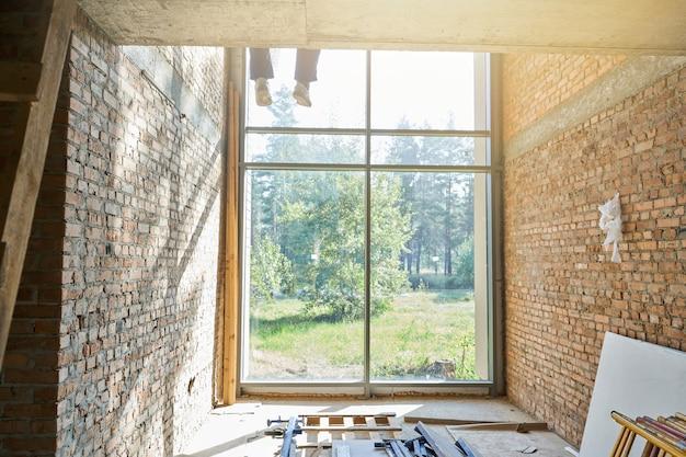 Строительные решения. внутренний вид нового строящегося дома в солнечный день