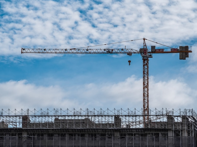 Строящееся здание, краны и высотное здание