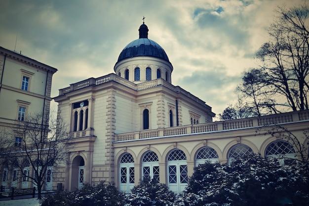 «здание с куполом зимой»