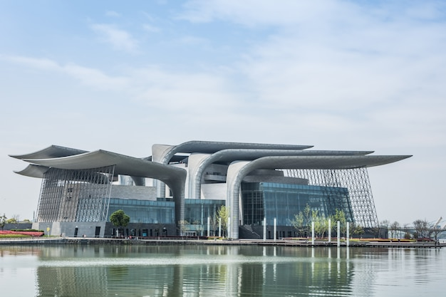 モダンなデザインの建物