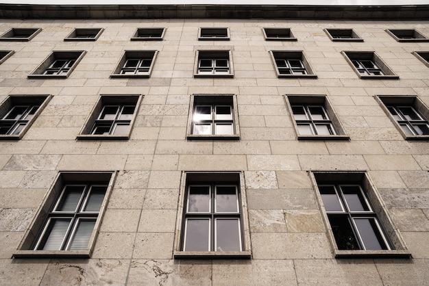 窓付きの建物