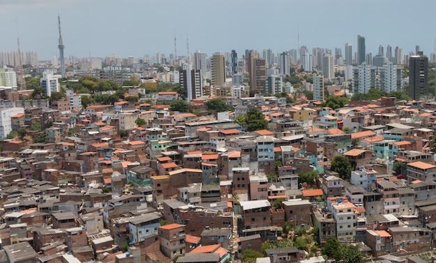 건물과 빈민가. 브라질 도시의 사회적 대조.