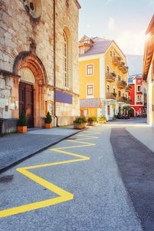 建物と通り。ハルシュタット。オーストリア