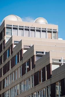 Здания на университетском городке гарвардского университета в бостоне, массачусетс, сша