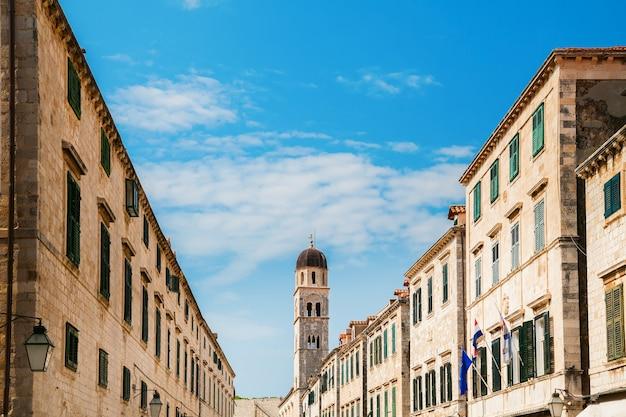 クロアチア、ドゥブロヴニクの人気の歩行者通り、ストラドゥンのメインストリートにある建物