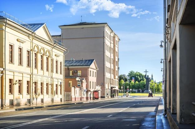 Здания на волхонке и памятник князю владимиру на боровицкой площади в москве в солнечный летний день