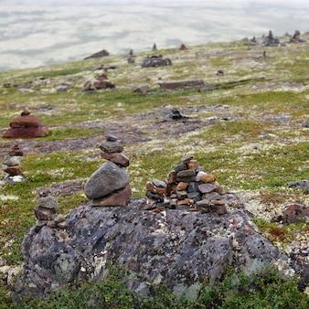 ツンドラの石のイヌクシュク像で建てられました
