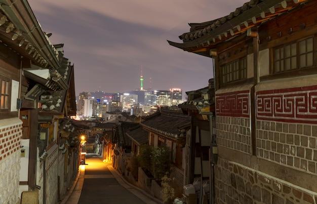 Деревня букчон ханок ночью в сеуле, южная корея