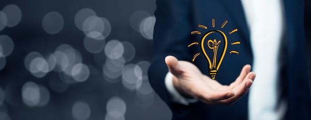 手元の電球、ビジネスアイデア、ビジネスコンセプト