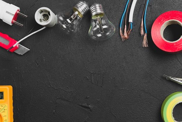 Лампочки и провода на столе