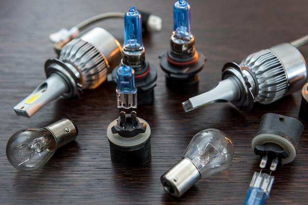 ヘッドライト用の球根。暗い背景の現代技術としての自動電気ランプ。 vechileハロゲン電球をクローズアップ