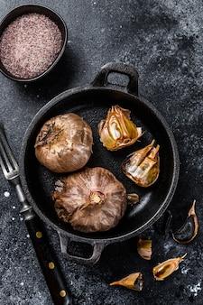 鍋に黒にんにくを発酵させた球根。