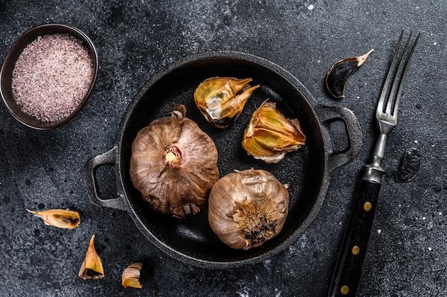 鍋に発酵した黒ニンニクの球根