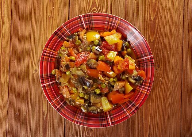 Болгарские и румынские овощи тушеное мясо по-деревенски - gyuvech.farmhouse kitchen