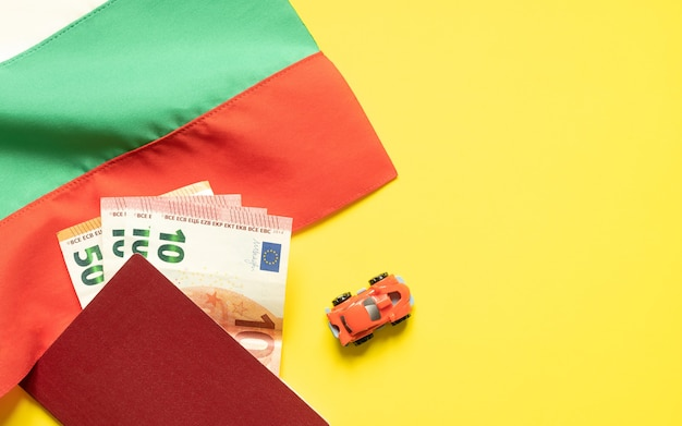 Болгарский флаг, паспорт, карта, игрушечная машина и деньги