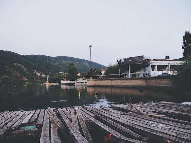 ブルガリアの湖の木製の桟橋
