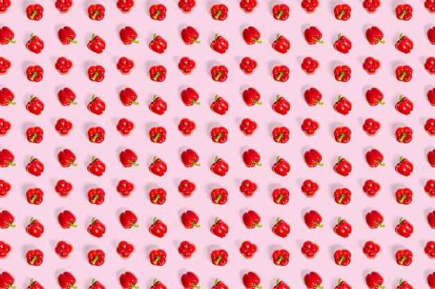 Болгарский красный перец на розовом фоне не бесшовные модели