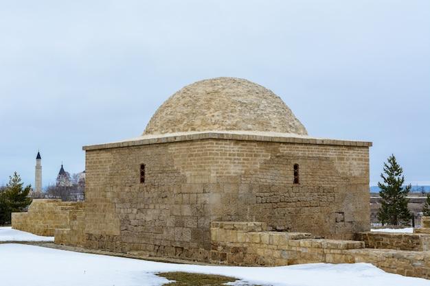 불가리아 정착촌. 러시아 타타르스탄 볼가르의 흐린 봄날 석회암 칸의 무덤.