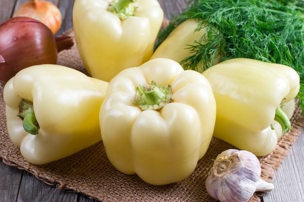 ブルガリアの黄ピーマンと野菜のタマネギ、ニンニク、ディルウッド
