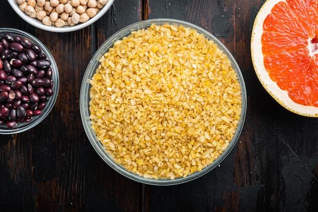 그릇에 담긴 bulgur 곡물과 신선한 재료