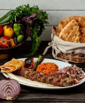 ブルガー肉玉ねぎ、木製テーブル