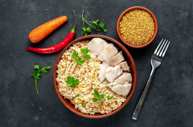 Булгур с овощами и куриным филе на миске
